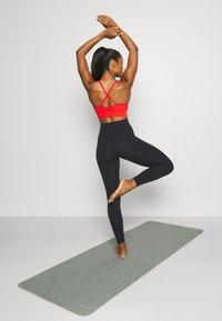 Nike Performance - INDY SEAMLESS BRA - Reggiseno sportivo con sostegno leggero - chile red/white - 2