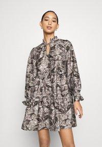 Vero Moda - VMKIRA TIE SHORT DRESS - Kjole - tornado/kira - 0