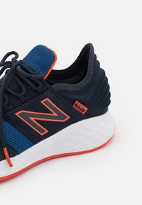 New Balance - ROAV LACES UNISEX - Neutral running shoes - blue - 5