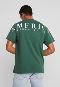 Perry Ellis America - ON THE BACK - Print T-shirt - pineneedle - 0
