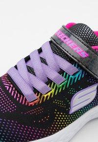 Skechers Performance - GO RUN 600 SHIMMER SPEEDER UNISEX - Neutrální běžecké boty - black/multicolor - 5