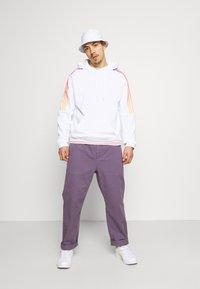 adidas Originals - UNISEX - Sweatshirt - white/multicolor - 1