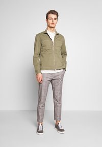 Marc O'Polo - LONG SLEEVE TWO PATCHED CHEST AND SIDE SEAM POCKETS - Summer jacket - deep lichen green - 1