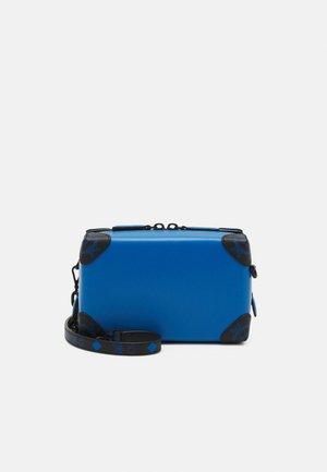 SOFT BERLIN CROSSBODY IN SPANISH LEATHER - Across body bag - blue