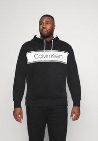 Calvin Klein - LOGO STRIPE HOODIE - Hoodie - black - 0