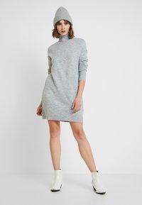 Vero Moda - VMLUCI ROLLNECK DRESS - Strikket kjole - light grey melange - 2