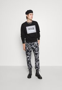 Versace Jeans Couture - BRUSHED PRINT REGALIA BAROQUE - Verryttelyhousut - nero - 5