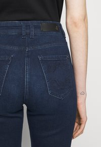 Patrizia Pepe - PANTALONI TROUSERS - Flared Jeans - washed blue - 5
