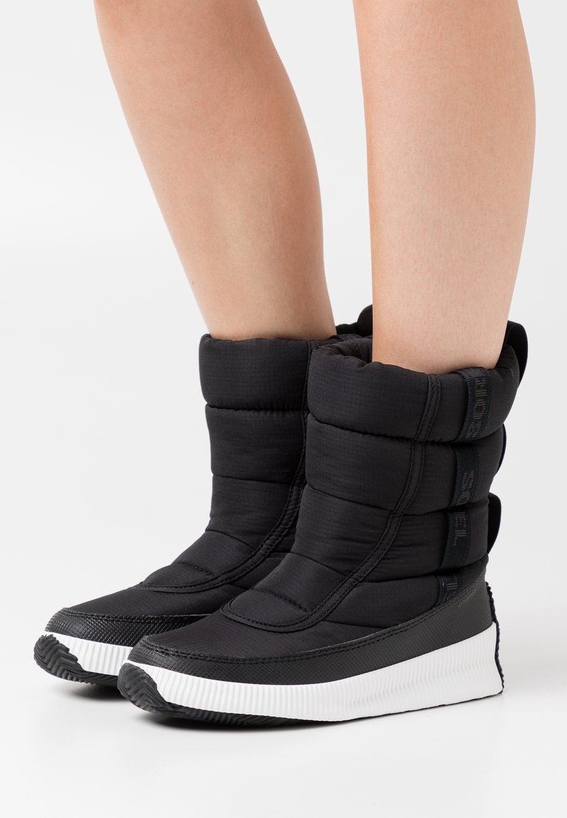 Sorel - OUT ABOUT PUFFY MID MATTE RIPS - Winter boots - black