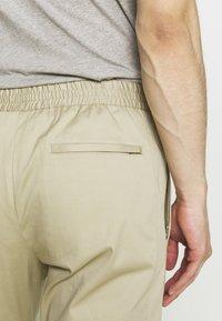Joseph - ETTRICK - Spodnie materiałowe - sand - 5