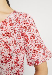 JDY - JDYGAIA PUFF  - Camiseta estampada - cloud dancer/mars red - 5