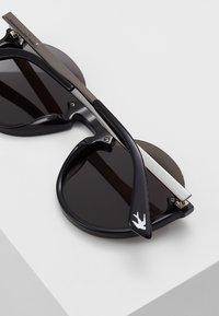 McQ Alexander McQueen - Okulary przeciwsłoneczne - black/grey - 4