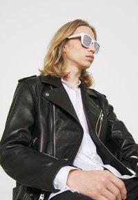 Alexander McQueen - UNISEX - Occhiali da sole - white - 0