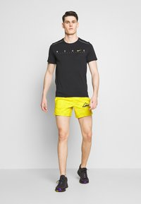 "Nike Performance - M NK FLX STRIDE SHORT 5"" TRAIL - Pantalón corto de deporte - speed yellow/black - 1"