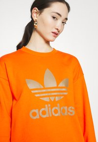 adidas Originals - CREW - Sweatshirt - energy orange/cardboard - 4
