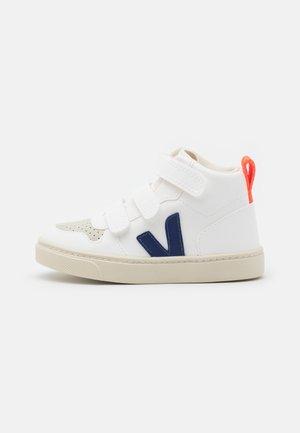 V 10 UNISEX - Sneakers hoog - white/cobalt/orange fluo