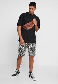 Urban Classics - STRETCH - Shorts - white leo - 1
