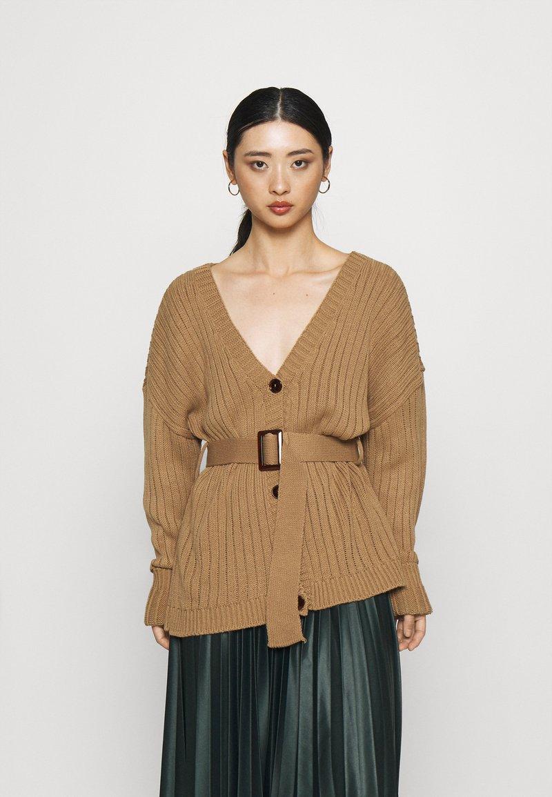 Glamorous Petite - BELTED CARDIGAN - Kardigan - light brown