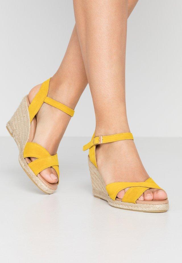 DORIT - Sandały na obcasie - yellow