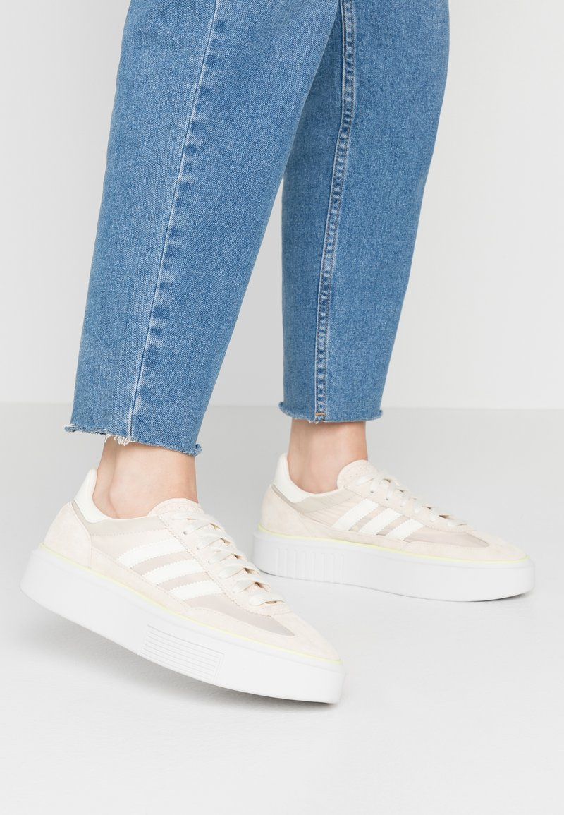 adidas Originals - SLEEK SUPER - Trainers - offwhite/crystal white