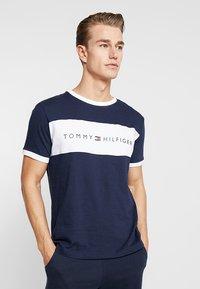 Tommy Hilfiger - TEE LOGO FLAG - Maglia del pigiama - blue - 0