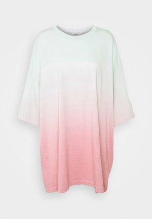 HUGE - Print T-shirt - pink