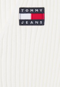 Tommy Jeans - FLAG BADGE CARDIGAN - Cardigan - snow white - 2