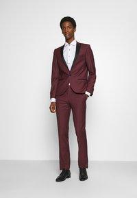 Twisted Tailor - KINGDON SUIT - Kostym - bordeaux - 1
