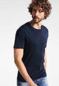 Selected Homme - SHDTHEPERFECT - Basic T-shirt - dark sapphire - 0