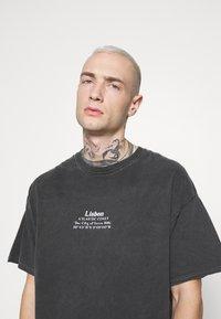 Topman - LISBON HERTIAGE PRINT TEE - T-shirt print - black - 3
