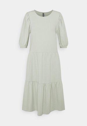 PCTERESE DRESS TALL - Sukienka z dżerseju - desert sage