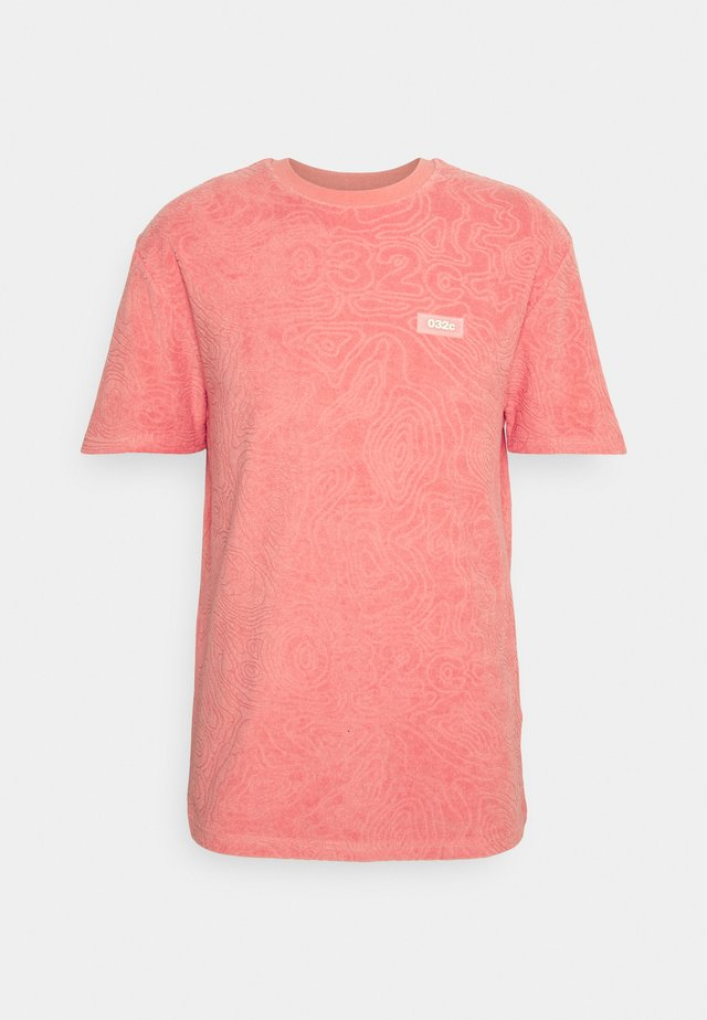 TOPOS SHAVED TERRY  - Print T-shirt - neon coral