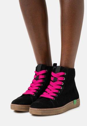 VEGAN - Korte laarzen - black/pink