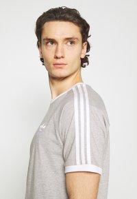 adidas Originals - STRIPES TEE - T-shirt med print - medium grey heather - 5
