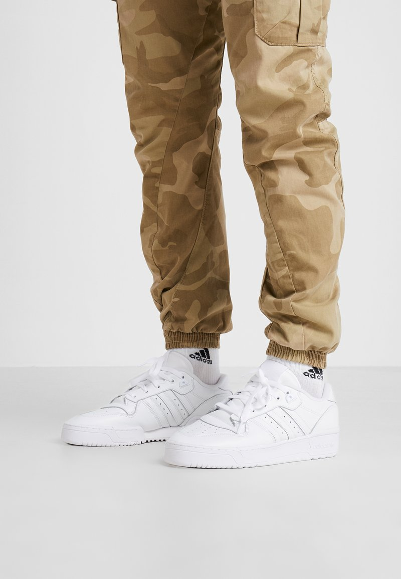 adidas Originals - RIVALRY - Joggesko - footwear white/core black