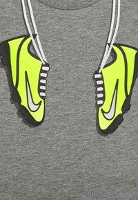 Nike Sportswear - SET - Shorts - volt - 3