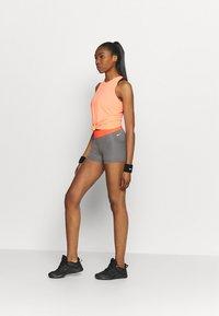 Nike Performance - SHORT FEMME  - Tights - smoke grey/heather/bright mango/white - 1