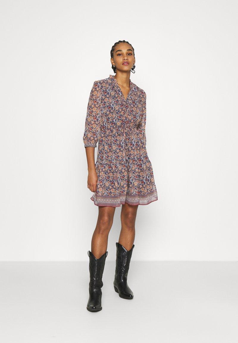 Vero Moda - VMBELLA DRESS - Denní šaty - ombre blue/bella