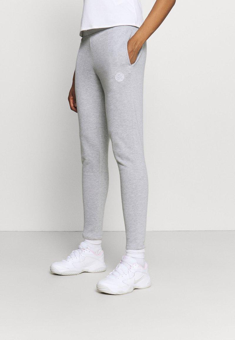 BIDI BADU - AYANDA BASIC PANT - Teplákové kalhoty - light grey