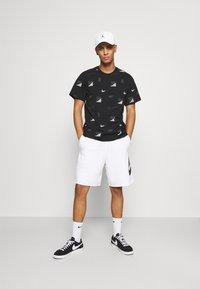 Nike Sportswear - ALUMNI - Träningsbyxor - white/iron grey/black - 1
