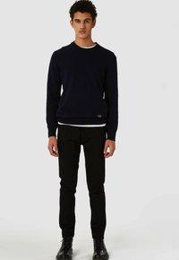 Kings Of Indigo - JOHN - Slim fit jeans - stay black rinse - 0