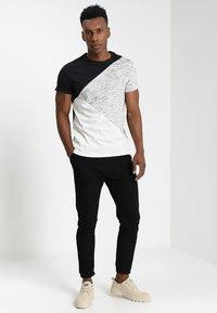 YOURTURN - Print T-shirt - black/off-white - 1