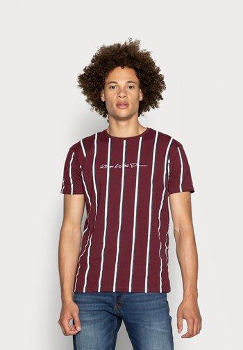 MOFFAT TEE - Print T-shirt - burgundy/white/navy