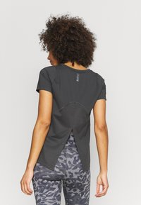 Under Armour - ISO CHILL RUN  - T-shirts med print - jet gray - 2