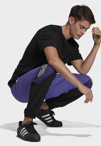adidas Originals - SPRT ARCHIVE WOVEN TRACKSUIT BOTTOMS - Pantalon de survêtement - purple - 2