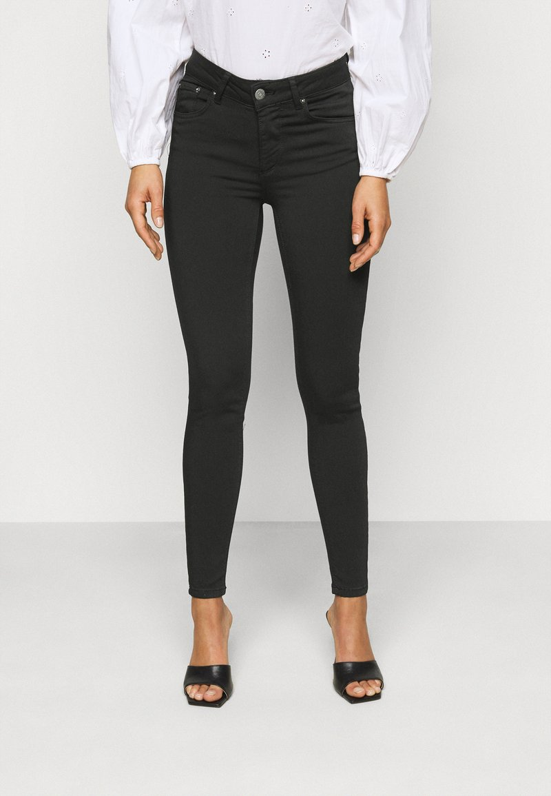 Vero Moda Petite - VMLUX SUPER - Slim fit jeans - black