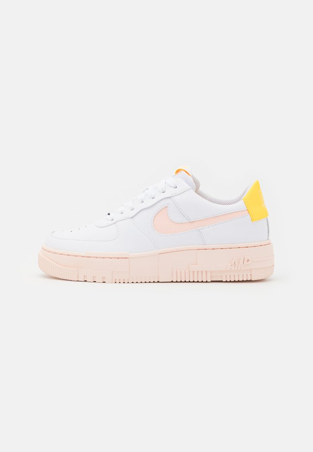 AIR FORCE 1 PIXEL - Sneakersy niskie - white/arctic orange/sail/orange pearl
