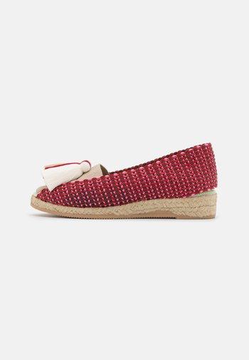 IXORA  - Wedge sandals - blanco/rojo/beige