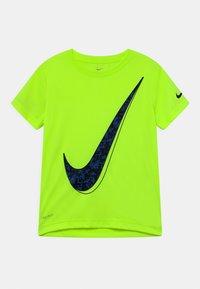 Nike Sportswear - Camiseta estampada - volt - 0