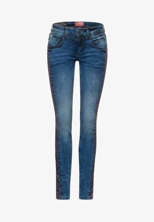 MIT DESSIN-GALON - Slim fit jeans - blau